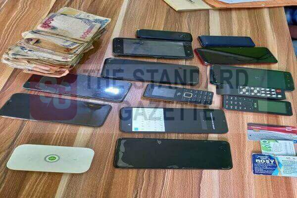Stolen Mobile phones and cash recovered from the armed robber
